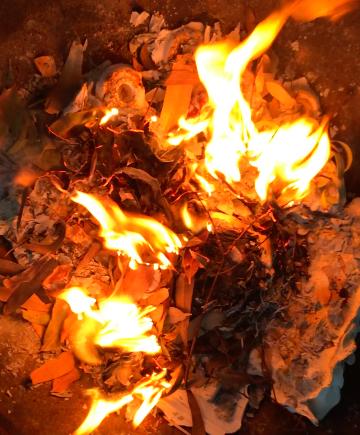 documents papier qui brûlent